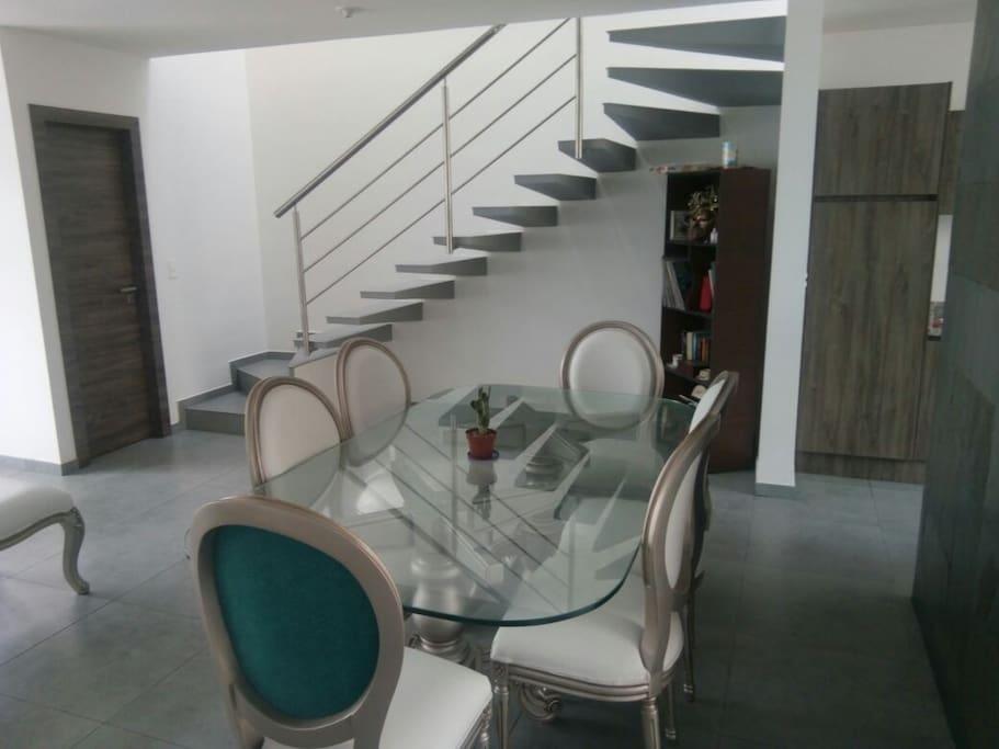 El comedor y la escalera hacia las habitaciones