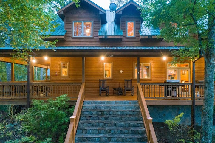 Timberwolf - Spacious Smoky Mountain Cabin w/Cornhole, Putt putt!