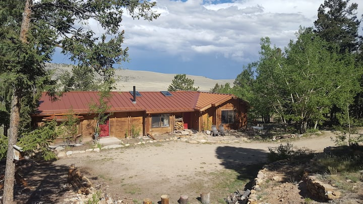 Comfy log cabin with hot tub.  Panoramic views!