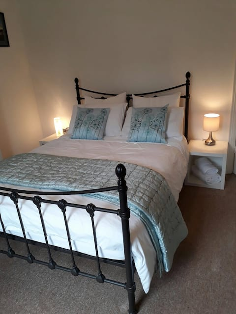 Spacious double room with FE breakfast and parking