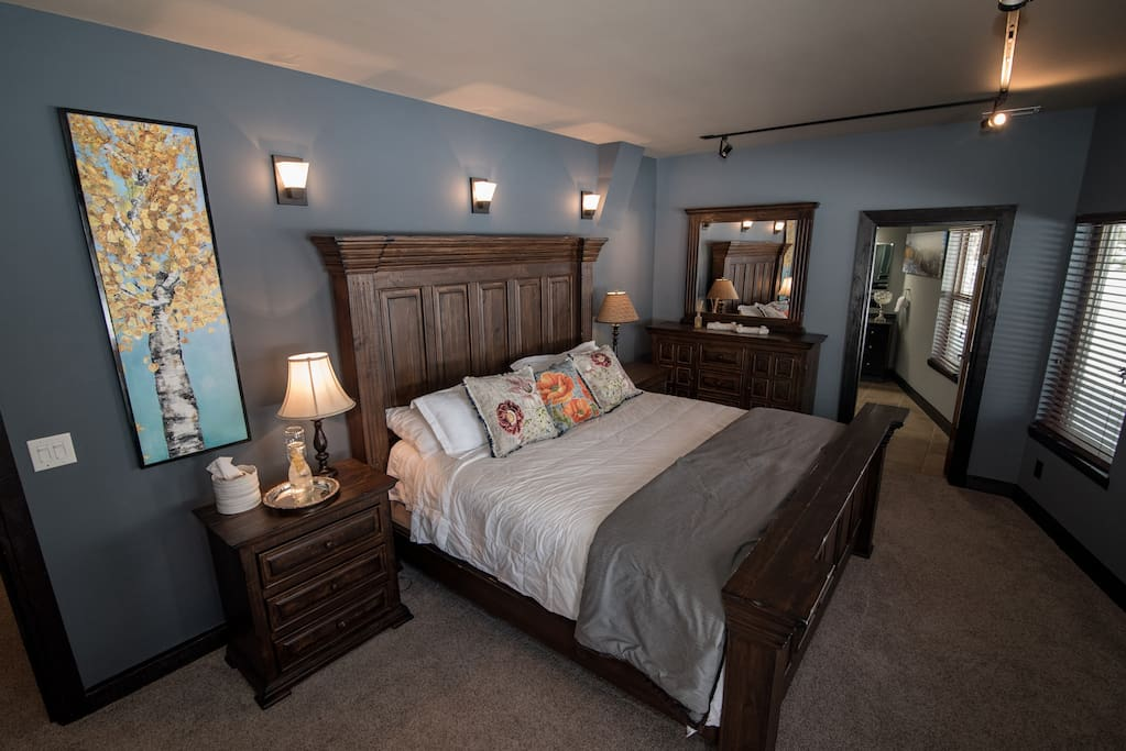 Aspen Suite - king size bed, cable TV, free Wi-Fi.  Private in-room dining available.