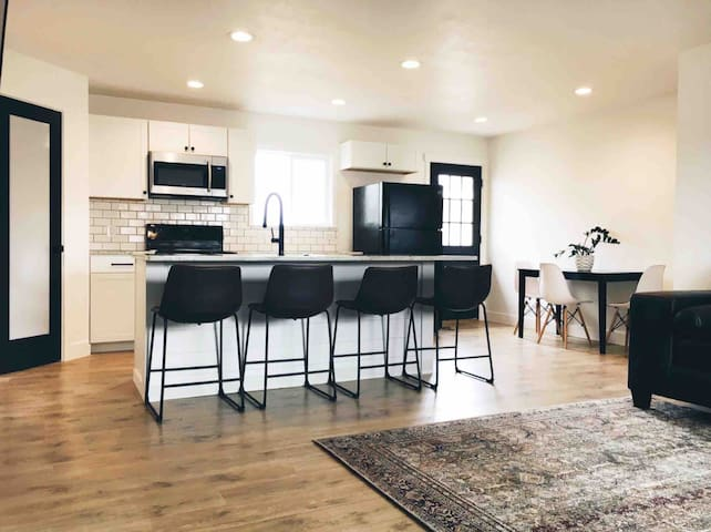 Modern home on Main. 3BD 2BA Walk everywhere