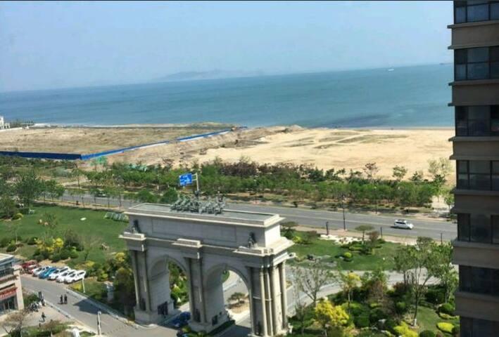 屋内俯瞰大海,出门海滩散步(碧桂园海景房),靠近景点。