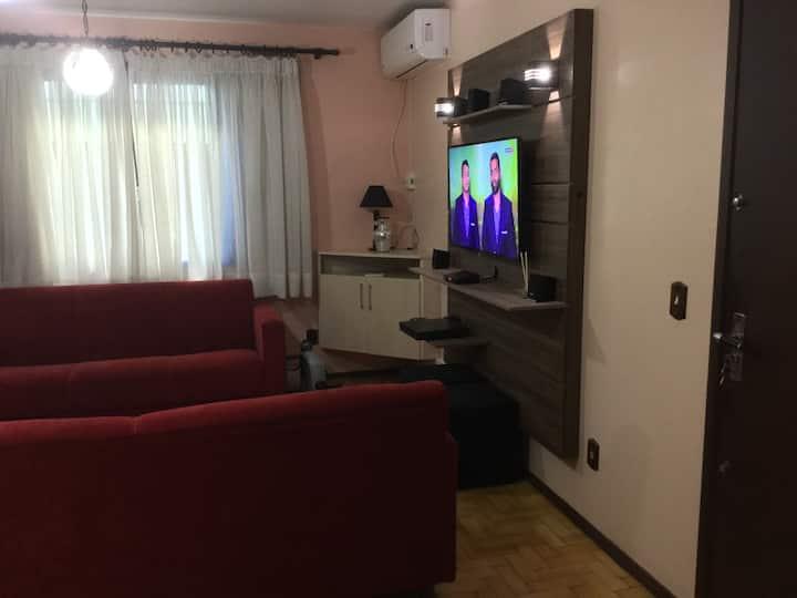 Quarto amplo, confortável e ótima localização