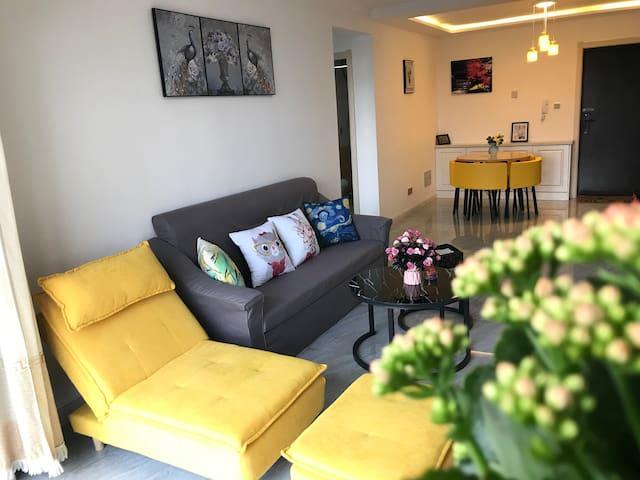 客厅:躺椅、沙发、餐桌、电视机,电视柜
