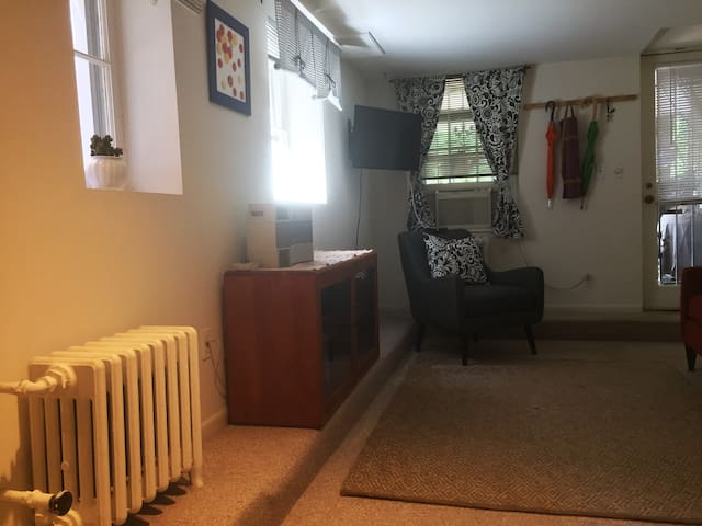 Bargain 1BR Near Nightlife, Downtown, Conventions