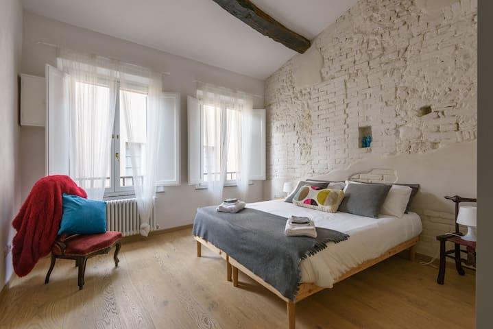 Elegant and Bright Central Loft