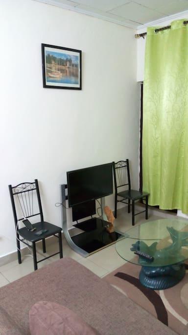 la salle de séjour avec un écran plasma 32''