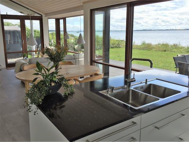 Sommerhus i 1. række til vandet - Martofte