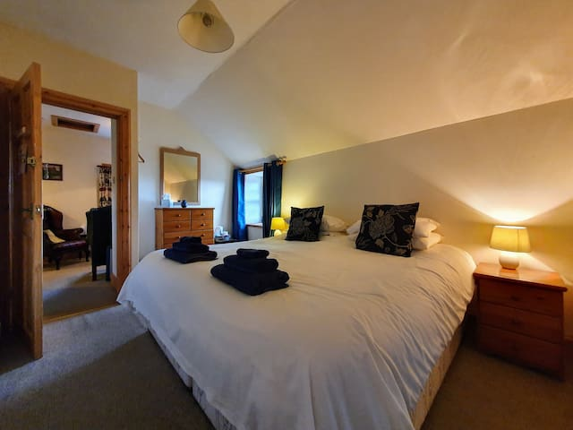 The ensuite bedroom has the option of two single beds or a super kingsize double bed