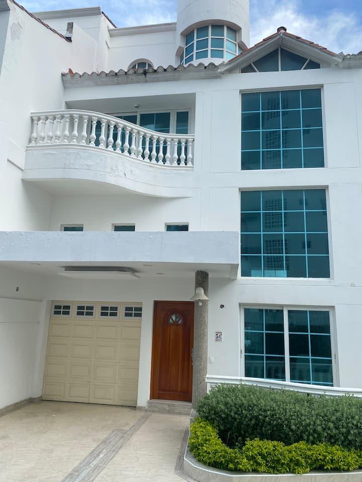 Nice house near Airport and Beaches! Casa entera!