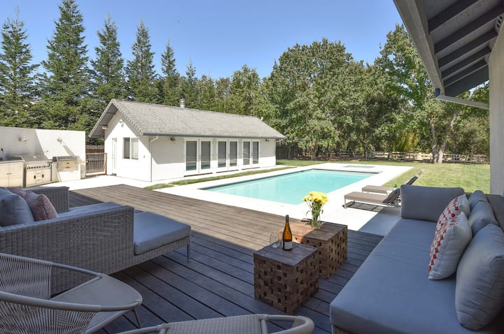 Arnold House-3 Bedroom, 3 Bath Stylishly Contemporary House with pool and hot tub