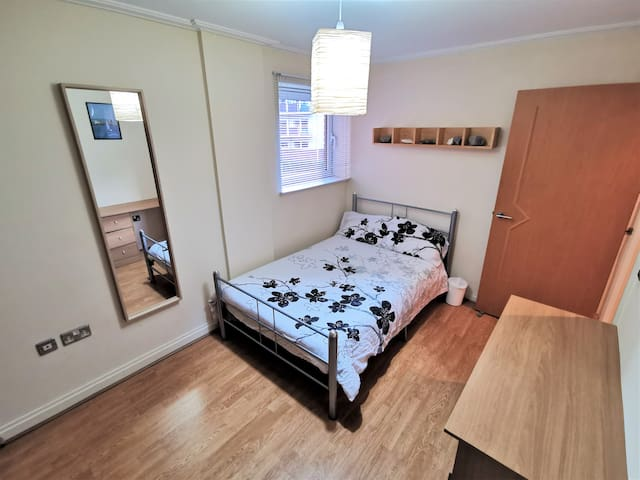 Spacious and quiet double room in Cardiff Bay