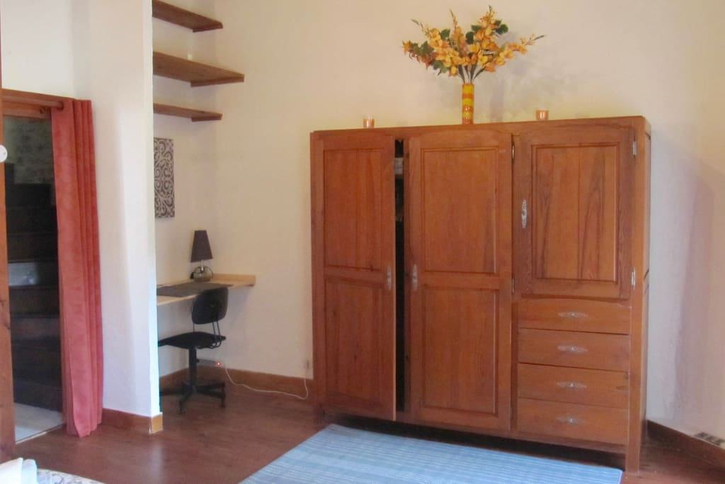 Niveau 2 - Chambre 1 : 20m2 avec lit deux places 140x190, 2 chevets, armoire et penderie et un bureau. Accès privatif au balcon avec vue sur jardin. Salle de bain sur le palier comprenant une baignoire, une double vasque, un toilette et un bidet.