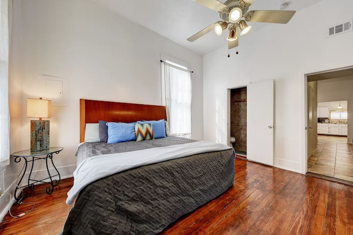Central 2BD/1.5BA & Live Like a Local