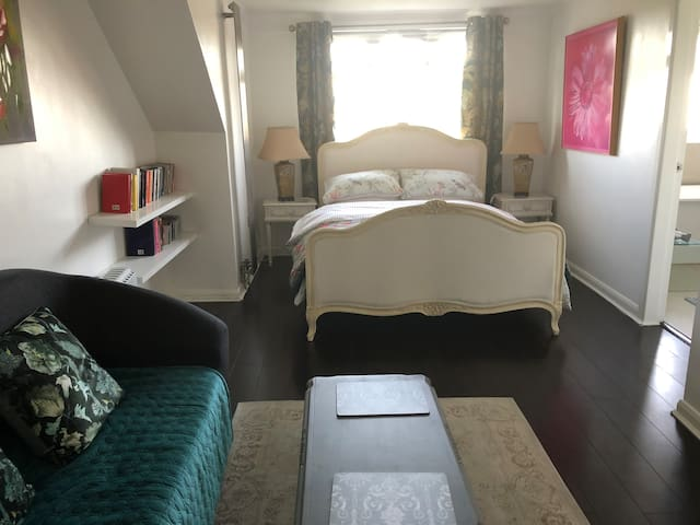 En-suite Loft: Deluxe Double room in North London