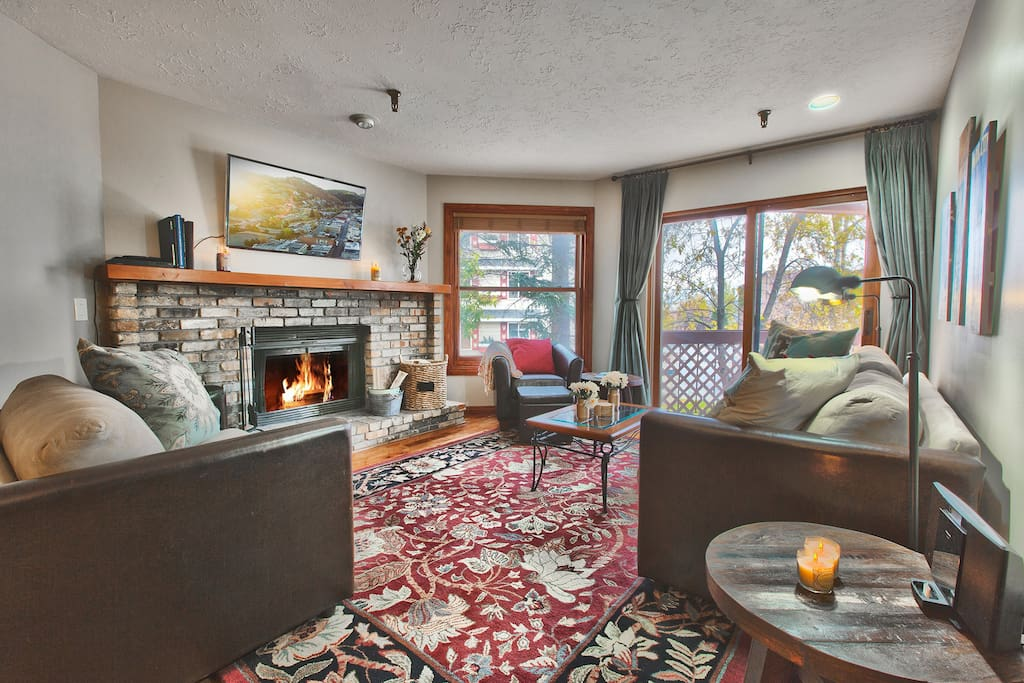 Living Room - great place to unwind with friends/ family after a day on the slopes!