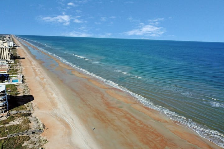 Oceanfront condo w/ great view, shared pool & beach access!