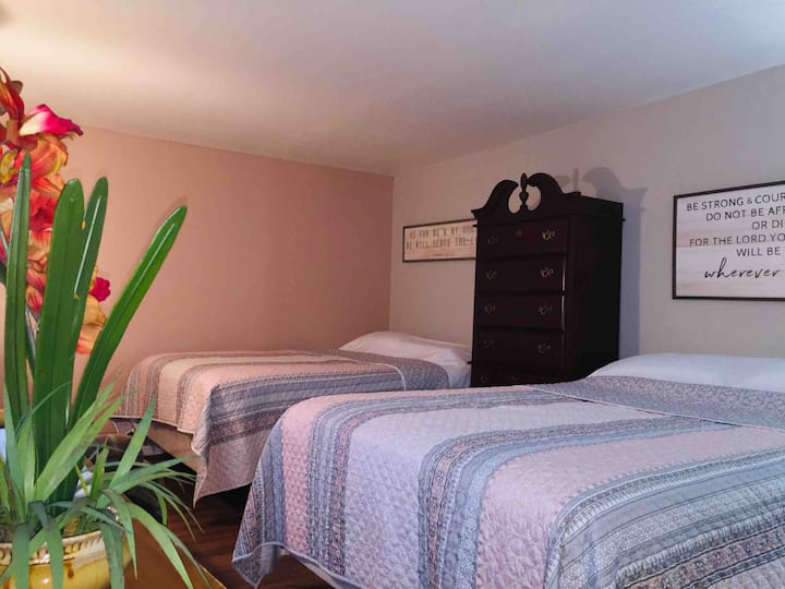 A quiet big room w/h 2 queen beds near the Airport