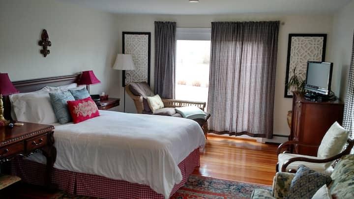 Romantic room in B&B - private bath and entrance