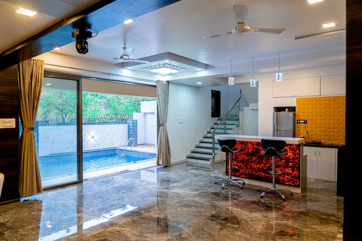 Titto's Villa 4BHK  Pool, Jacuzzi & Raindance.