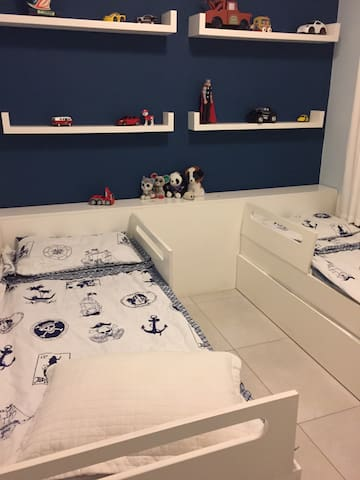 Dormitório solteiro com 3 camas com split