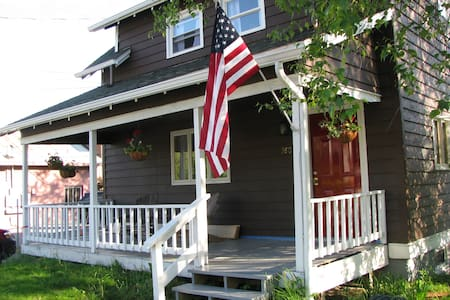 Adk Red Door Cottage-Clean and Cozy! Walk to town! - Lake Placid