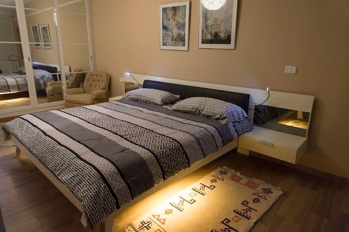 Chambre à coucher principale. Spacieuse, avec un grand placard. Lit  King size