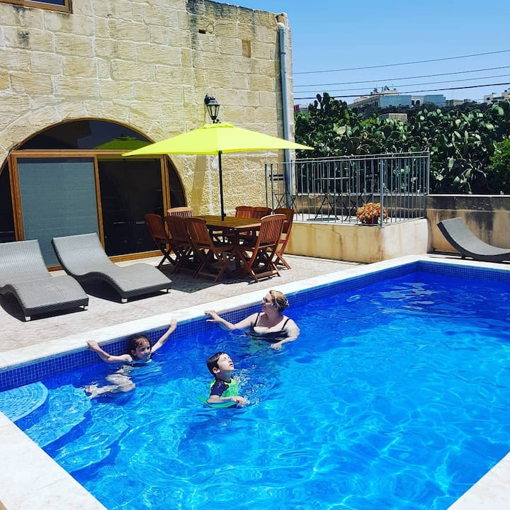 Semi-detached house with pool, in the capital!
