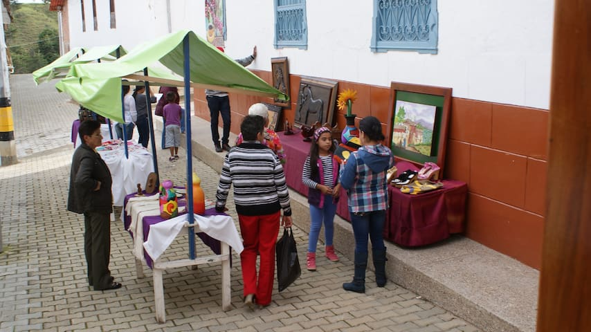 Pequeño mercado artesanal en visita