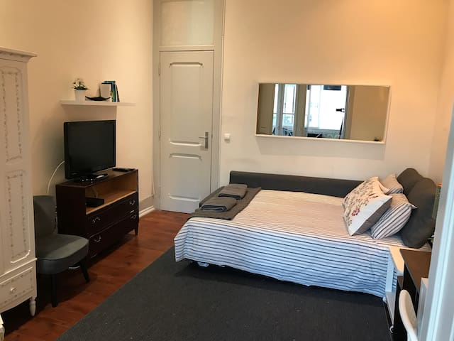 D8 - Spacious room with cable TV! Auto check-in