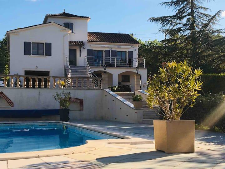 Maison avec piscine et terrain de tennis privés