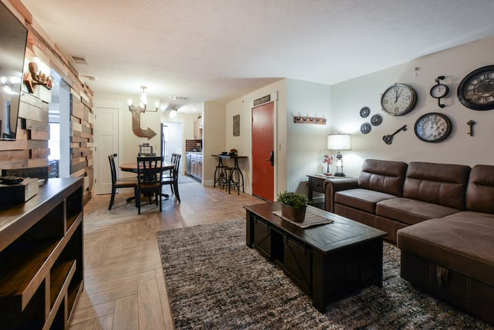 Sleeps 16! Close to SDC, The Strip and The Lake!
