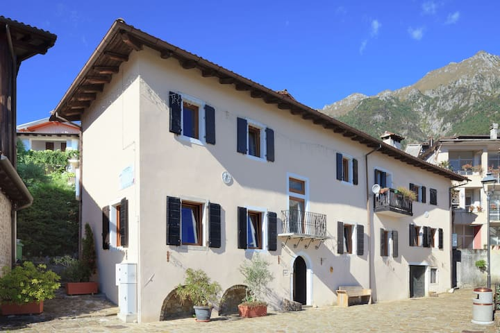 Tradicional casa de vacaciones cerca del Friuli Dolomitas Naturaleza.