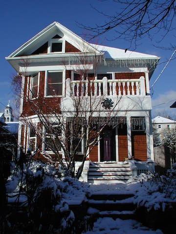 Stately Squire Park Victorian - Seattle - Rumah