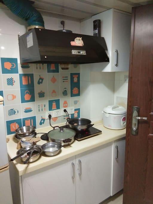 厨房有电子炉,电饭煲,炒锅,碗等,,,