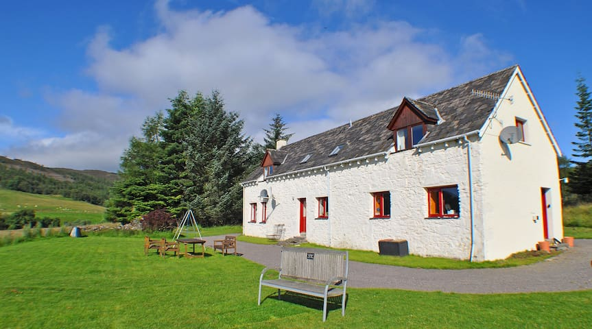 Stunning Loch Ness Views from Spacious Farmhouse - Abriachan - Rumah