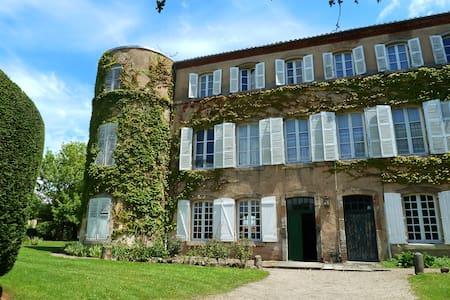 Grande Maison Familiale 30 pers 12 chbres Auvergne - Sugères - Castillo