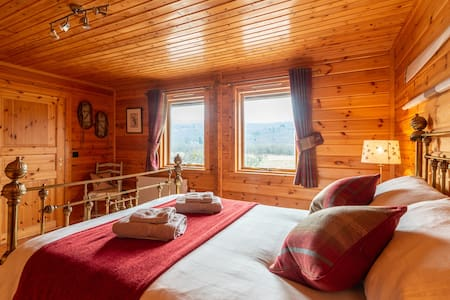 Cosy double room in a rural pine lodge