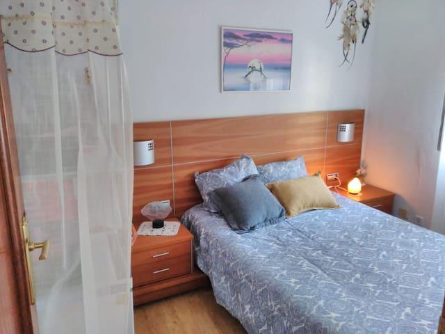 Habitación luminosa y acogedora.