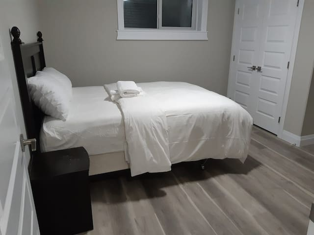 Big room with a queen's size bed