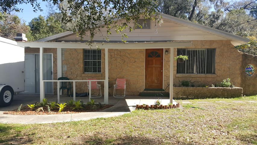 DeLand,  Comfortable Home with Large Yard