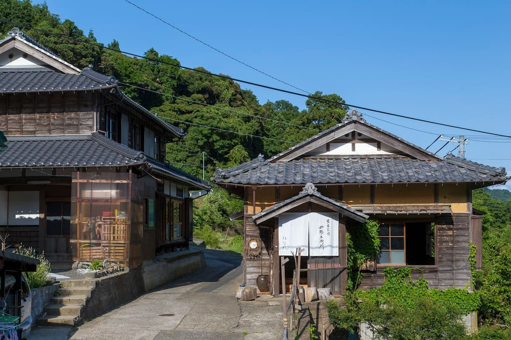 Shirouzaemon is family-run, so your host, the Yamamoto family's house is right next to the guesthouse. They will be right with you in case you need anything.