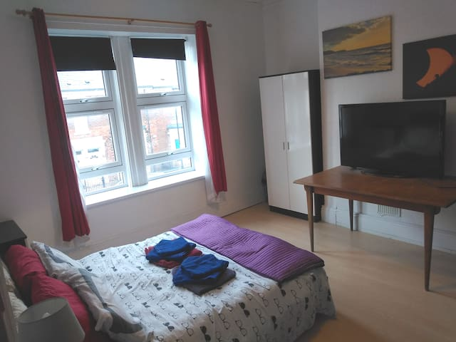 Huge Modern. TV. FREE Parking, WiFi and Cleaning.