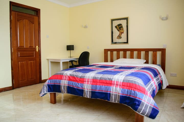 Uptown centrally located private rooms - Eliye