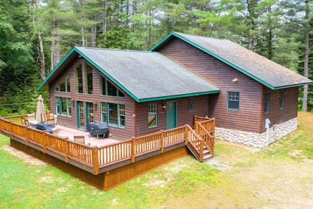 Spacious Adirondack Cabin - very close to downtown