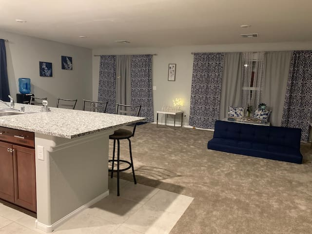 Private Upstairs Bed&Bath in Shared Home(&Food!)
