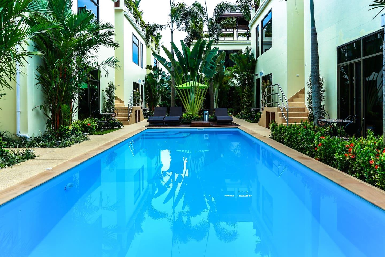 Прямой выход к бассейну из апартаментов