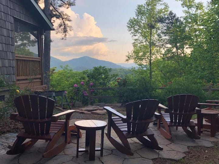 The Hilltop- Central between Harrahs Casino and the Great Smoky Mountain Railroad with Outdoor Firepit, Screened in Porch and View