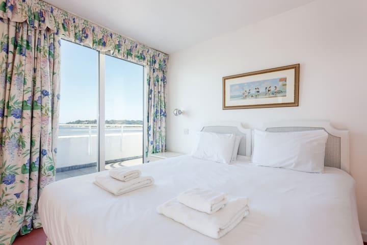 ' 6 Utopia' - beach penthouse, panoramic sea views